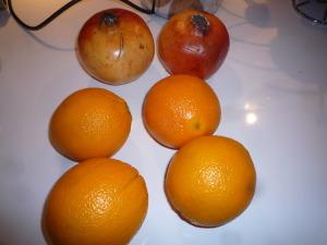 Les ingrédients pour mon nouveau jus : oranges et grenades