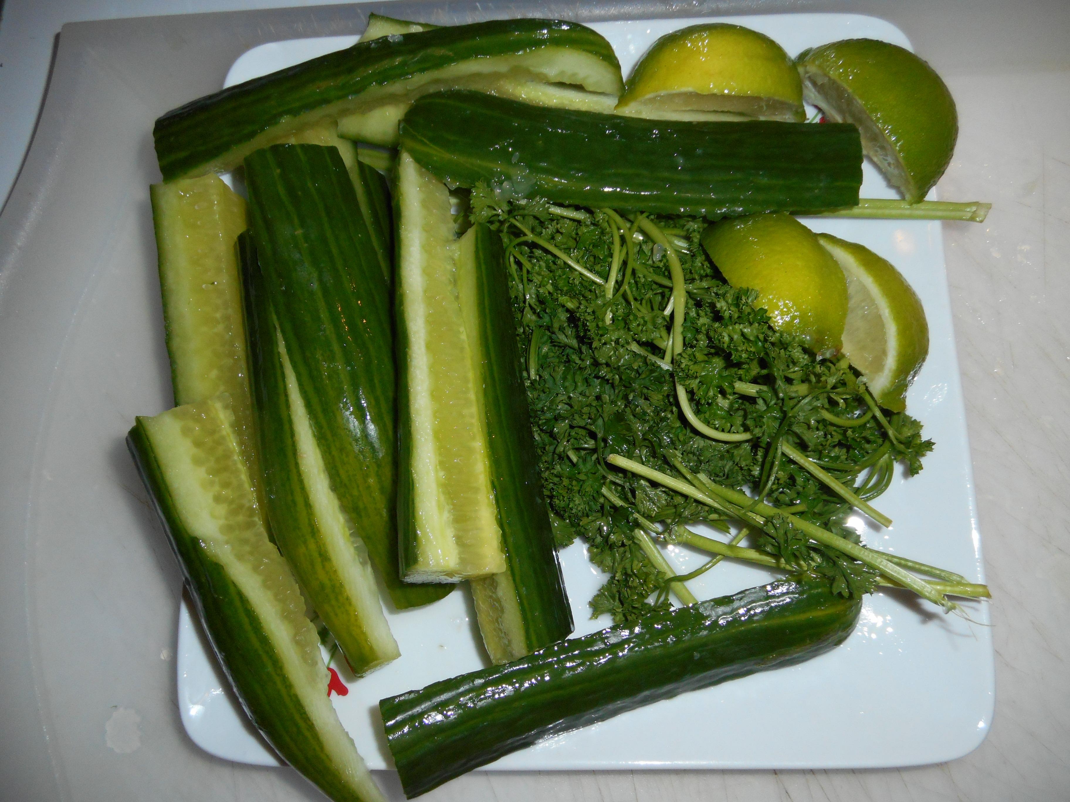 d couvrez cette recette de jus vert au concombre et au persil. Black Bedroom Furniture Sets. Home Design Ideas