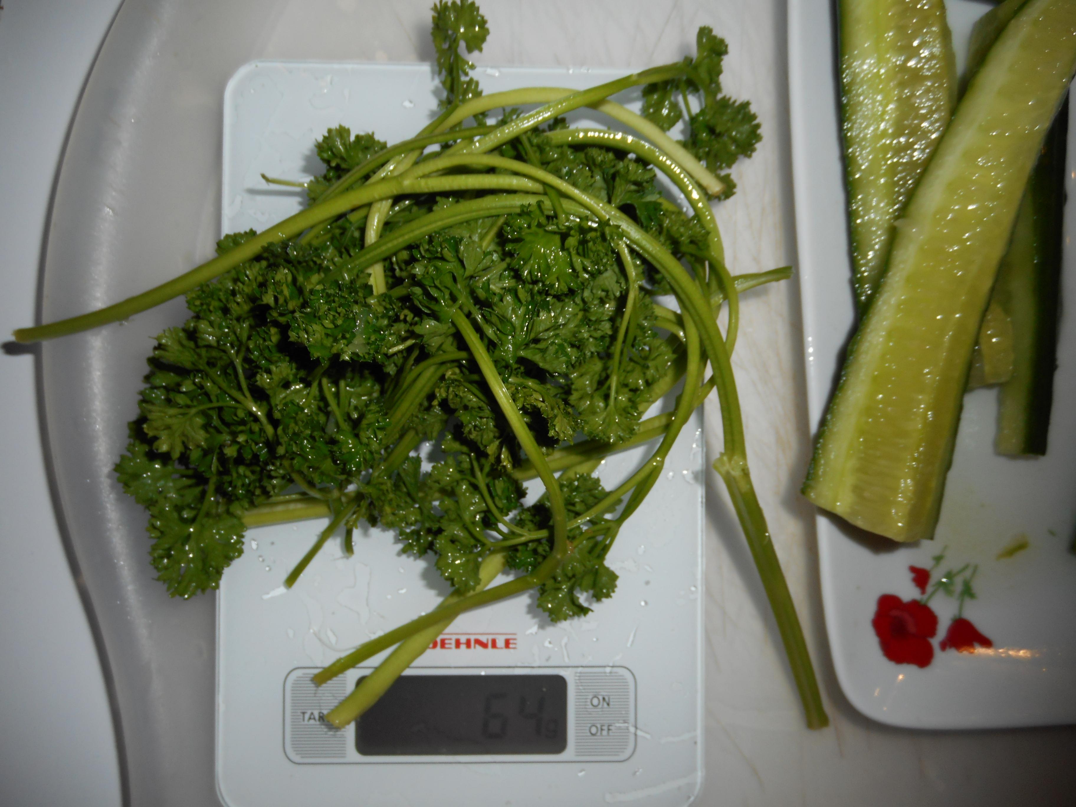 Découvrez cette recette de jus vert au concombre et au persil.