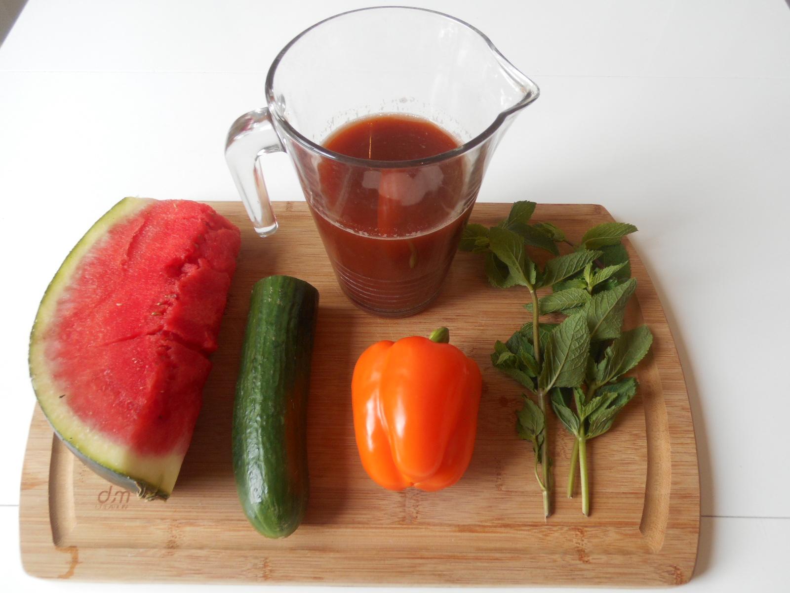 Un jus de pastèque poivron concombre menthe à boire frais